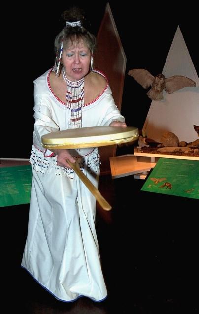 Pauline Lumholt synger og danser grønlandsk trommedans